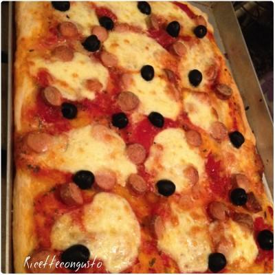 Pizza con mozzarella, wurstel e olive nere