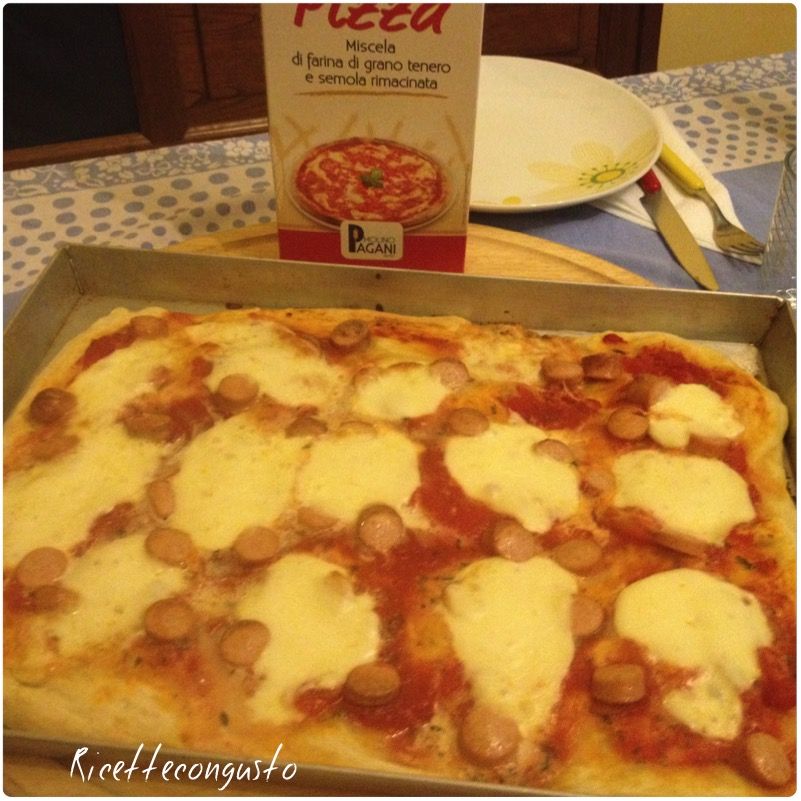 Pizza con mozzarella e wurstel