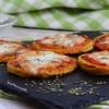 Pizzette di polenta con pomodoro e mozzarella