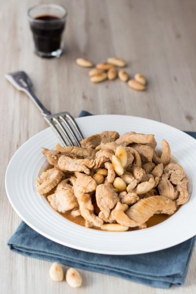 Straccetti di pollo con salsa di soia e mandorle tostate