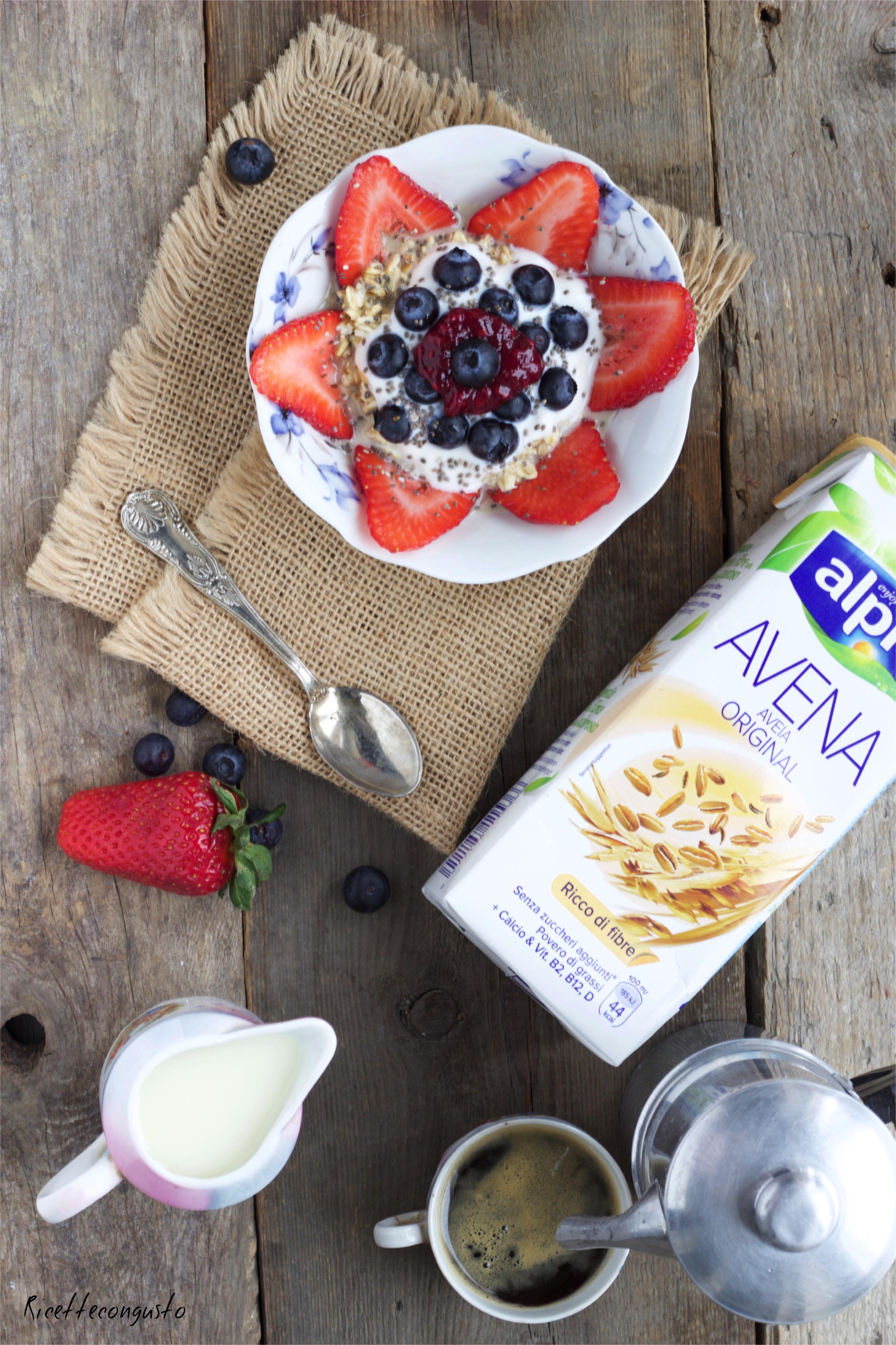 Porridge al latte d'avena con frutti rossi e semi di chia