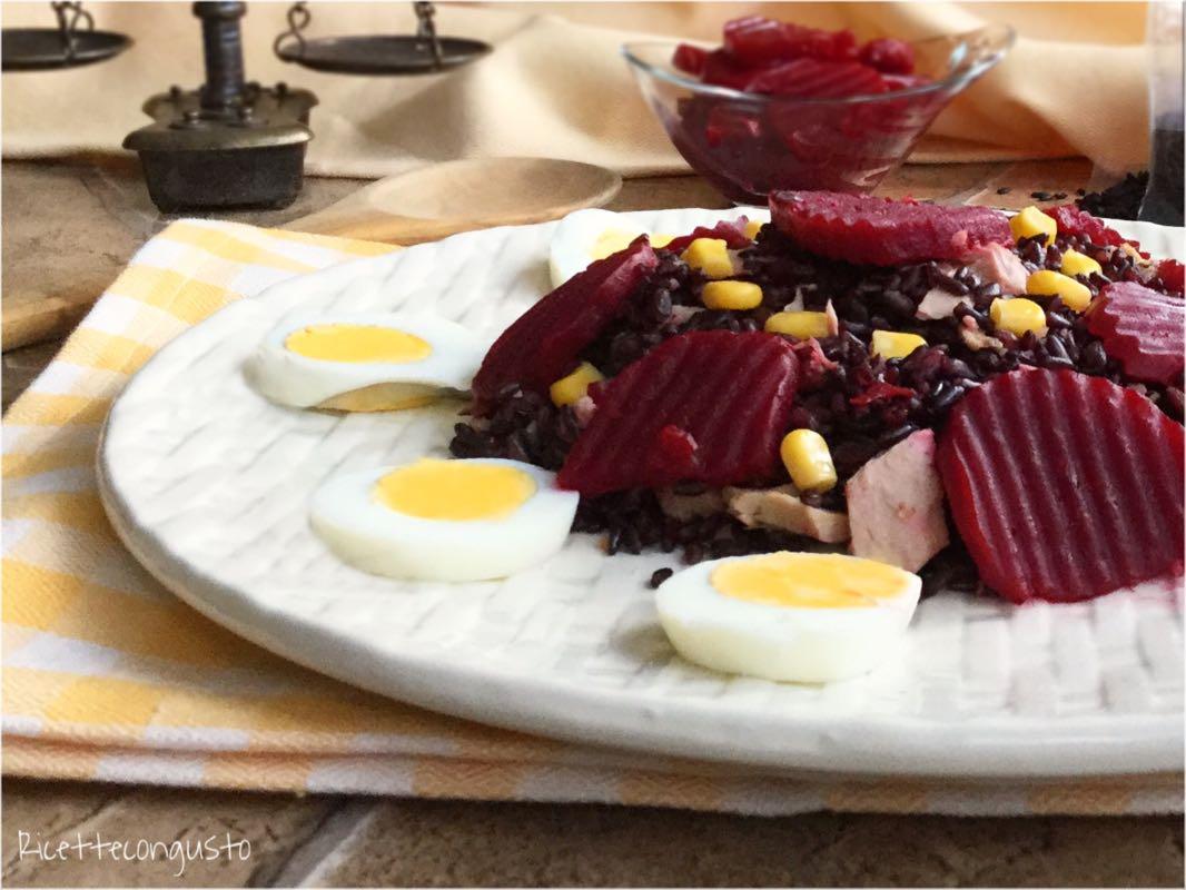 Insalata di riso venere con barbabietole rosse e uova