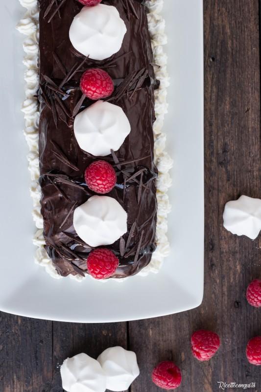 Rotolo al cioccolato farcito con panna e ganache al cioccolato