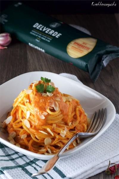 Spaghetti con crema di peperoni e petali di mandorle tostate