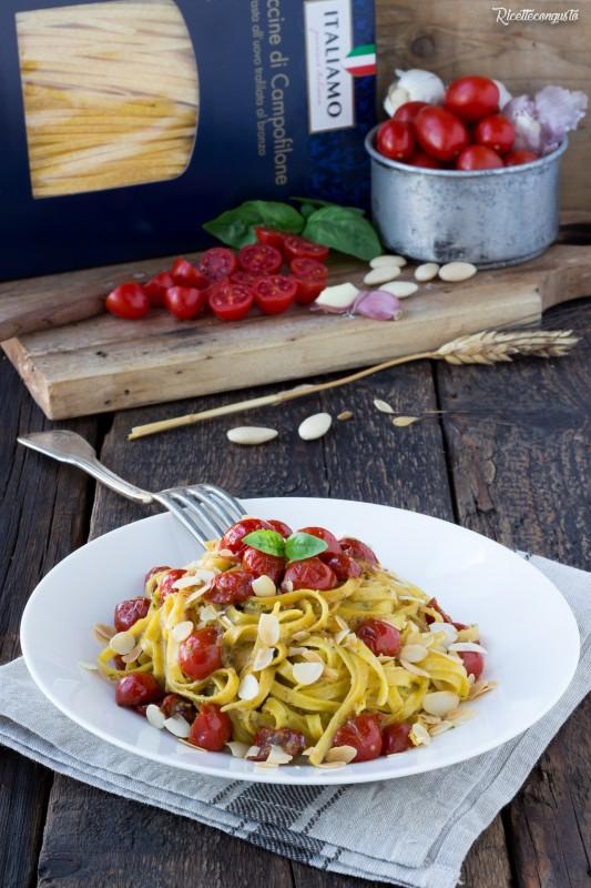 Fettuccine al pesto di mandorle e pomodorini saltati