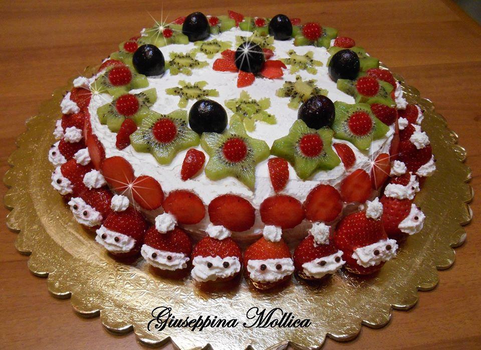 Torta natalizia con panna e frutta