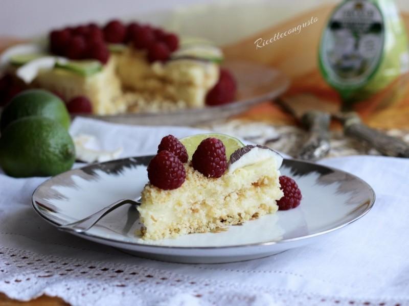 Torta con crema al cocco e lime con lamponi