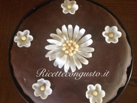 Torta alla panna con cioccolato plastico
