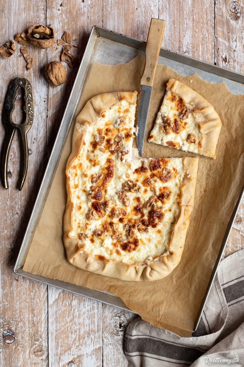 Torta salata di brisè con ricotta, stracchino e noci
