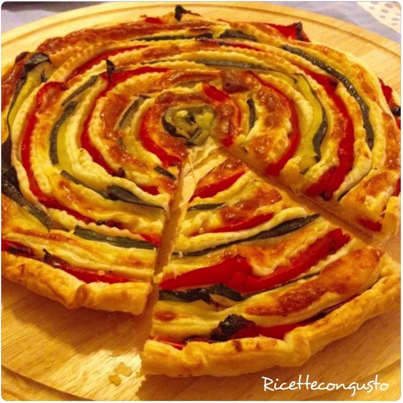 Torta salata a spirale di peperoni e zucchine