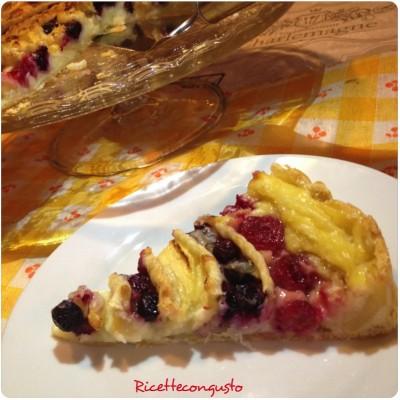 Torta a spirale con crema, mele e frutti di bosco