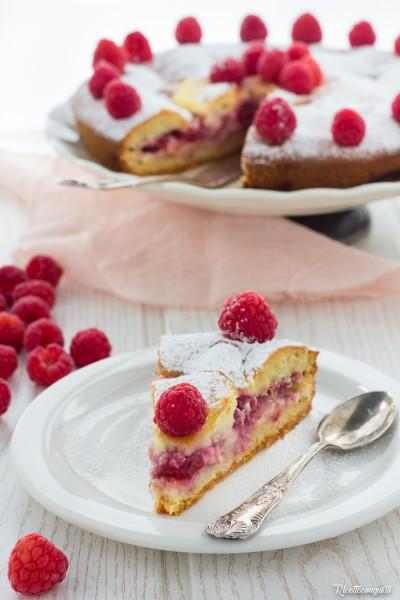 Torta versata con crema al mascarpone e lamponi