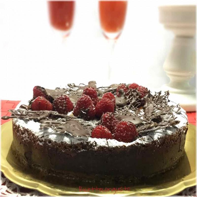 Torta versata con crema di ricotta al cioccolato e lamponi