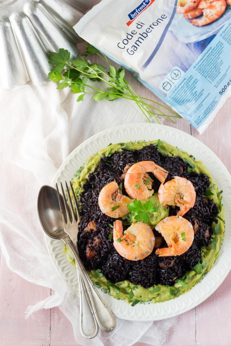 Tortino di riso venere con gamberoni e crema di zucchine