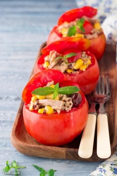 Pomodori ripieni con quinoa, tonno e mais