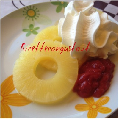 Dessert di ananas salsina di fragole e panna