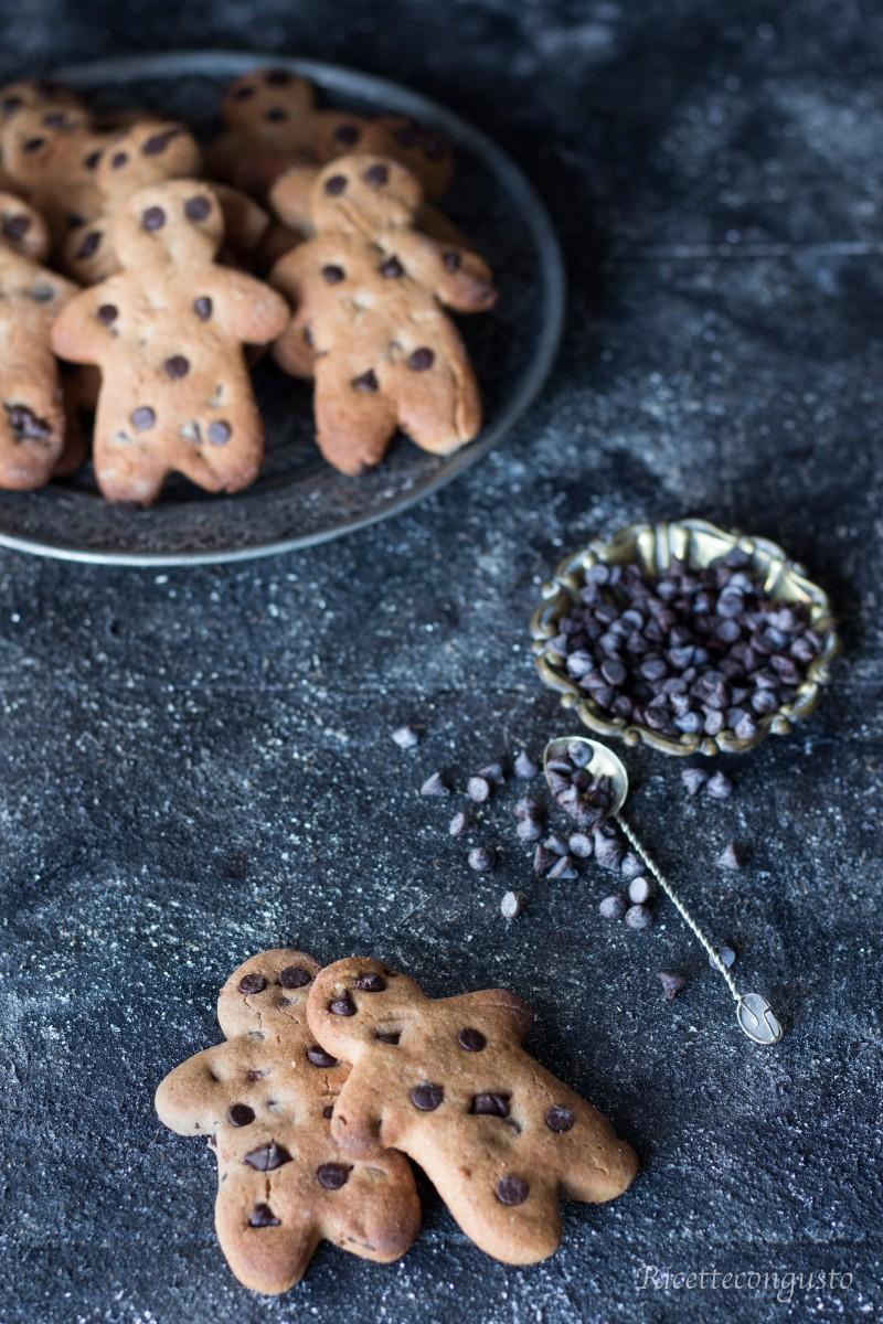 Omini con frolla di castagne e gocce di cioccolato