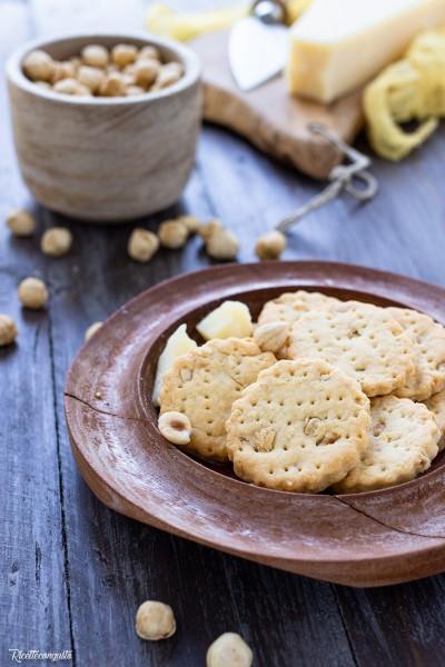Biscotti salati al parmigiano e nocciole