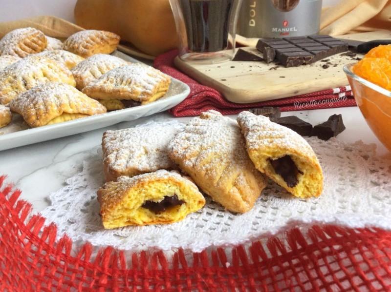 Biscotti di zucca e mandorle ripieni di cioccolato fondente