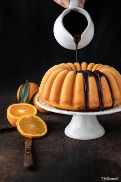 Bundt cake all'arancia e salsa di cioccolato