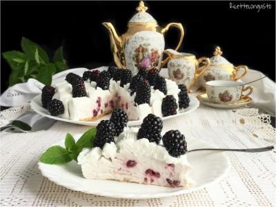 Cheesecake ai mirtilli rossi con panna e more