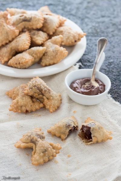 Chiacchiere o bugie alla crema di nocciole e cioccolato fondente
