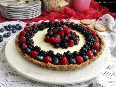 Crostata biscotto con panna cotta e frutti di bosco