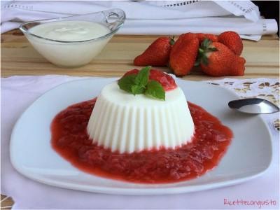 Dessert allo yogurt e ricotta con coulis di fragole