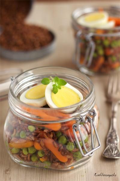 Insalata di riso rosso in barattolo con carote e piselli
