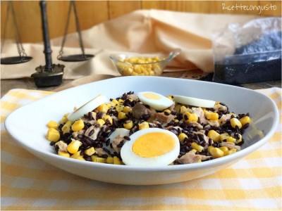 Insalata di riso venere con mais e uova sode