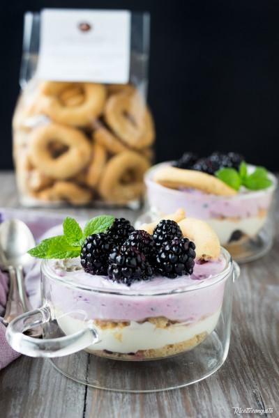 Mousse con yogurt greco e more