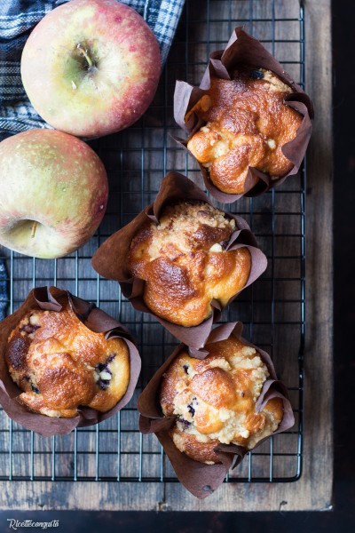 Muffins alle mele e mirtilli con crumble di mandorle