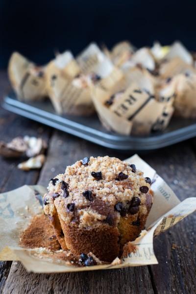 Muffins noci, pere e gocce di cioccolato con crumble alle noci