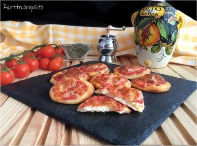 Pizzette allo yogurt greco con pomodoro e mozzarella
