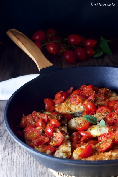 Salmone fresco con pomodorini e erbe aromatiche provenzali