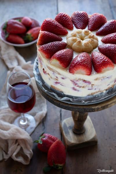 Torta tiramisù alle fragole e brachetto con crema al mascarpone e yogurt greco